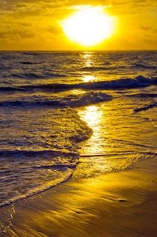 바다 위의 아름다운 일몰
