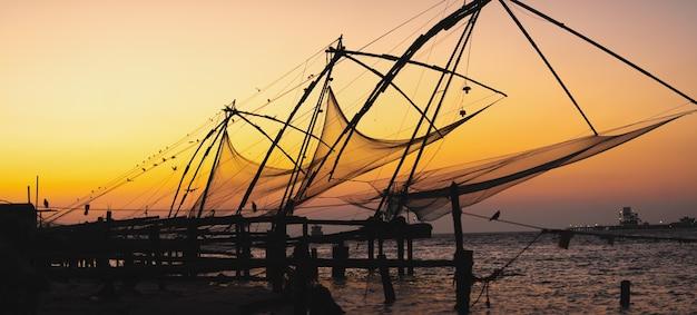インドの高知砦の美しい夕日と漁網