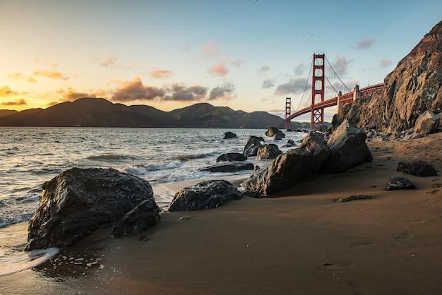 아름 다운 석양과 골든 게이트 브리지 프리미엄 사진