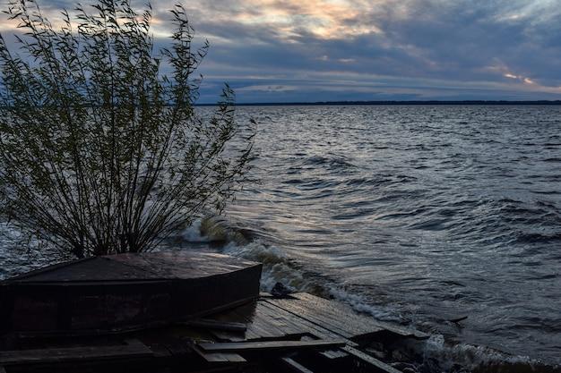 Красивый закат и волны на волге