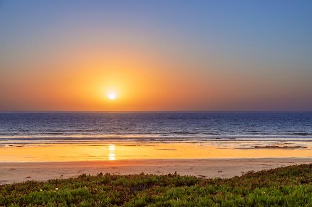 Красивый закат в заливе морро