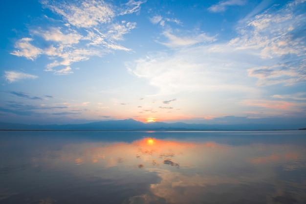 Красивый закат на озере пхаяо (кван пхаяо), таиланд