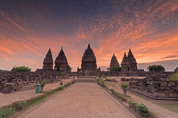 Красивый закат в храме прамбанан, джокьякарта, индонезия