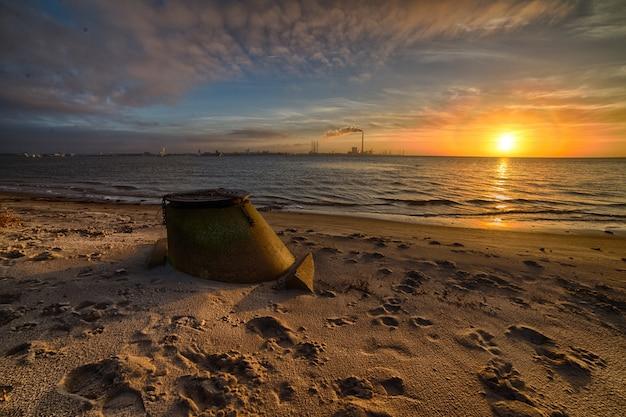 Красивый закат на пляже, создающий идеальный пейзаж для вечерних прогулок по берегу