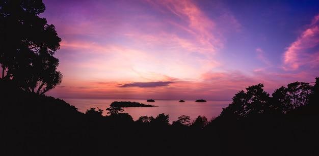 Красивый закат на пляже в тропиках. небо и океан