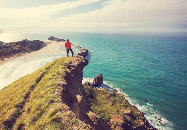 ニュージーランドのオーシャンビーチの美しい夕日。感動的な自然と旅行の背景