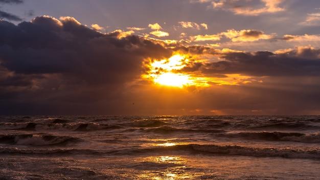 Красивый закат на черном море. золотой морской закат. поти, грузия, природа