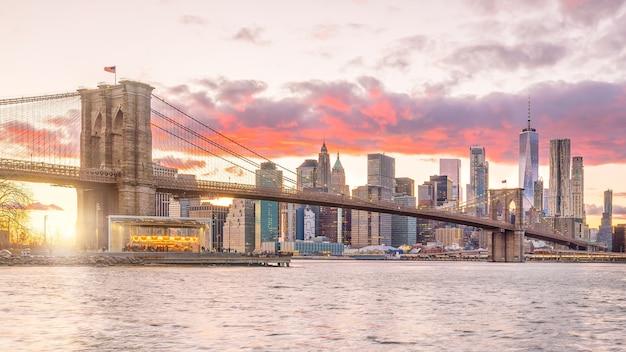 Beautiful sunset over brooklyn bridge in new york city, united states