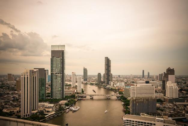 Красивый закат городской пейзаж и высотные здания в центре мегаполиса