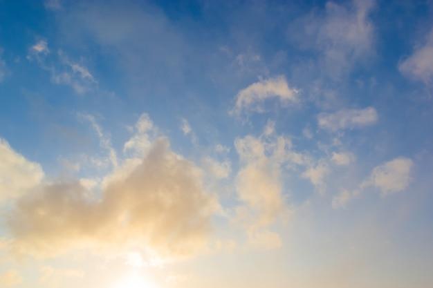 푸른 하늘에 대 한 아름 다운 일몰 구름입니다. 자연 하늘 배경.