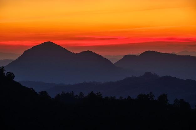 夕暮れの山の美しい夕日のカラフルな空