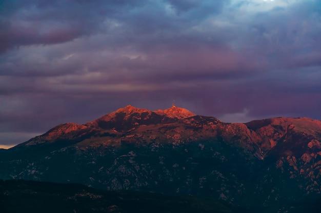 モンテネグロの山の高い美しい夕日。