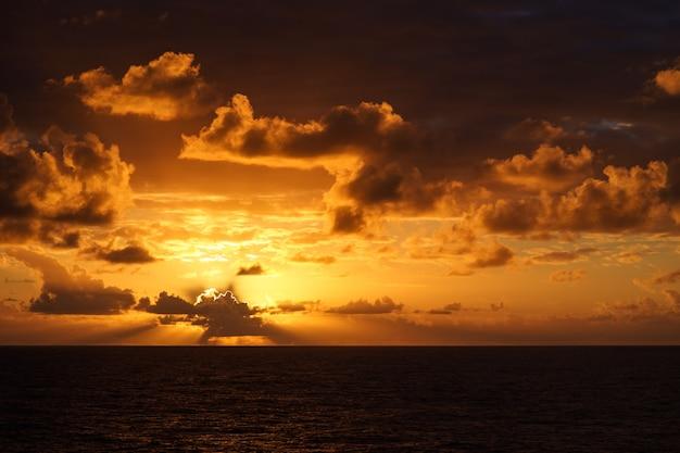 Красивый закат в атлантическом океане с удивительной записью облаков с движущегося корабля