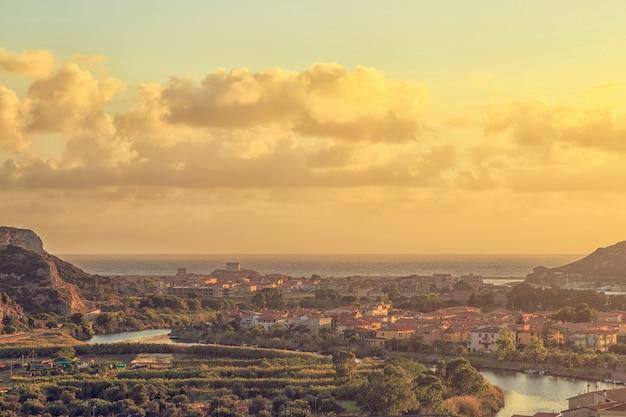 Красивый закат в бозе, сардиния, италия