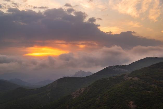 푸른 산의 아름다운 일몰, 흐린 날씨, 장엄한 풍경