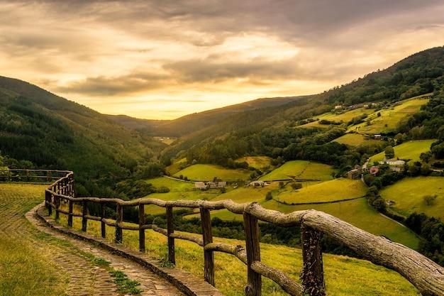 Красивый закат в одной из долин тарамунди в астурии, испания
