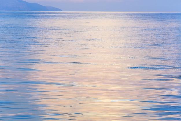 Красивый закат в нежно-розовом цвете и сияющая морская гладь (крым, украина).