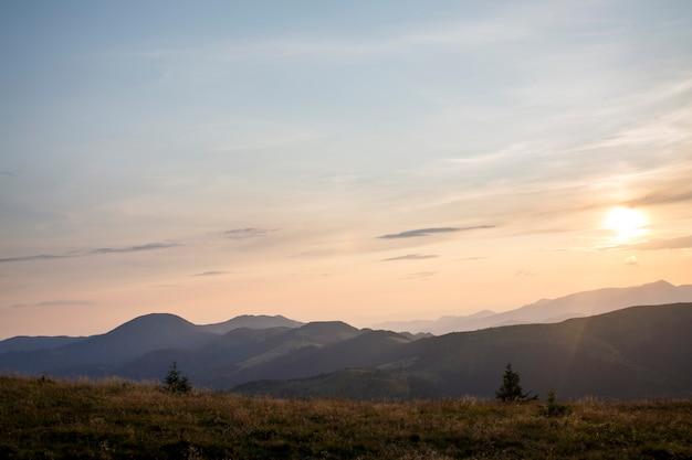 로드나 알프스(rodna alps) 위의 카르파티아 산맥(carpathians) 고산지대의 아름다운 일몰