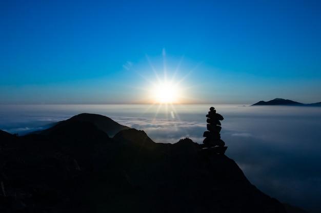 Красивый закат в горах каменная колонна силуэт