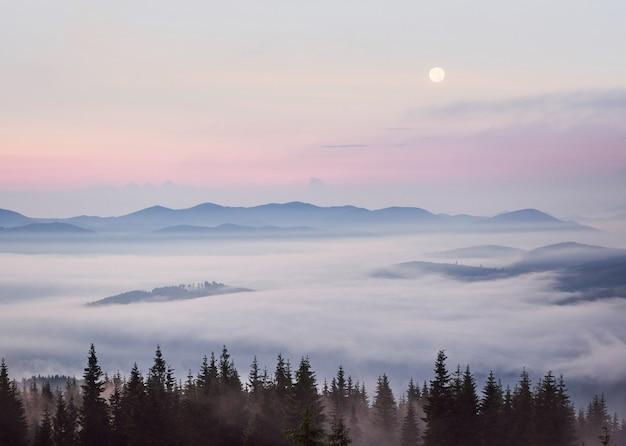 Красивый закат в горах.