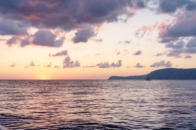 Красивый закат в море для фона