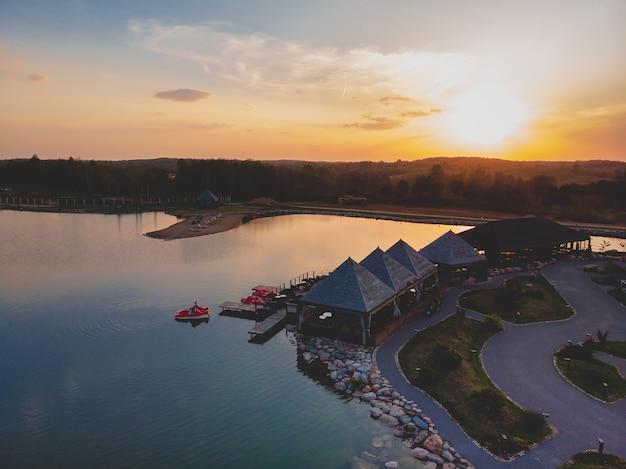 Bel tramonto e il suo riflesso nell'acqua