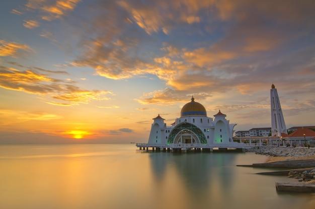 マレーシア、マラッカ海峡モスクの美しい夕日。自然の構成。