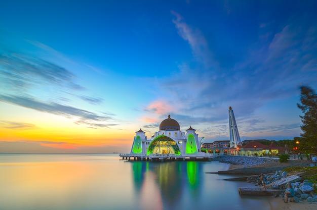 말레이시아 말라카 해협 모스크의 아름다운 일몰. 자연 구성입니다.