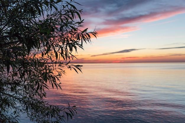 アメリカ合衆国ニューヨーク州ロチェスターのオンタリオ湖の美しい夕日