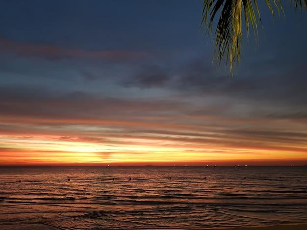 Красивый закат на фоне тропического морского пляжа пальма путешествие море