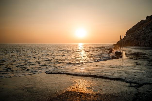 海を背景に美しい夕日。夕日の海の景色。夕日の海の美しい景色