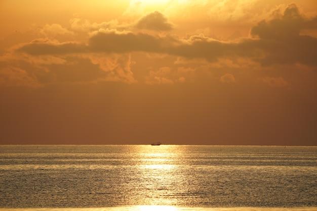해변과 바다에 아름다운 일몰 프리미엄 사진