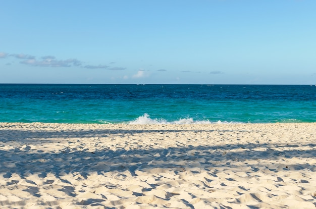 Красивый закат на пляже красивый пляж в ольгине, куба, пляж эсмеральда
