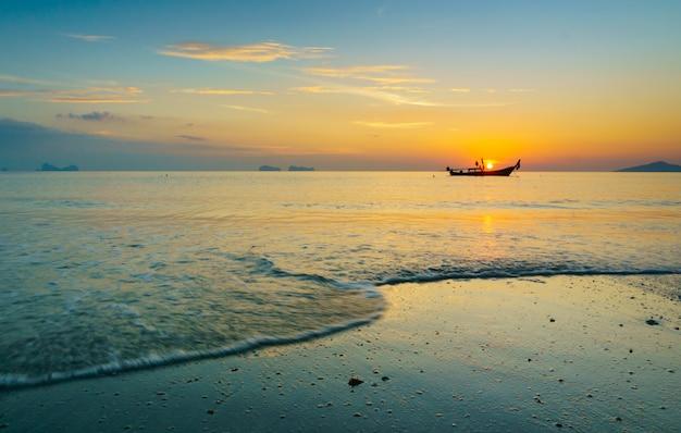 Красивый закат на пляже.