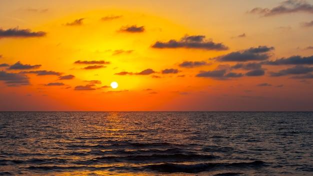 Красивый закат на берегу черного моря. золотой морской закат. поти, грузия.