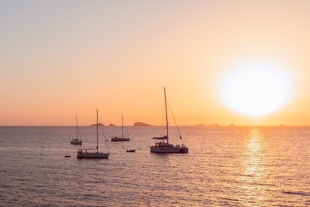 Красивый закат на острове ибица. вид с кала эскондида. кала конт, балеарские острова. испания