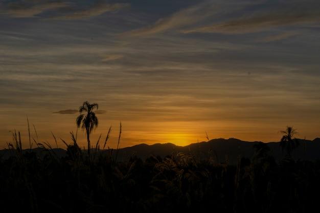 Красивый закат на горизонте горы