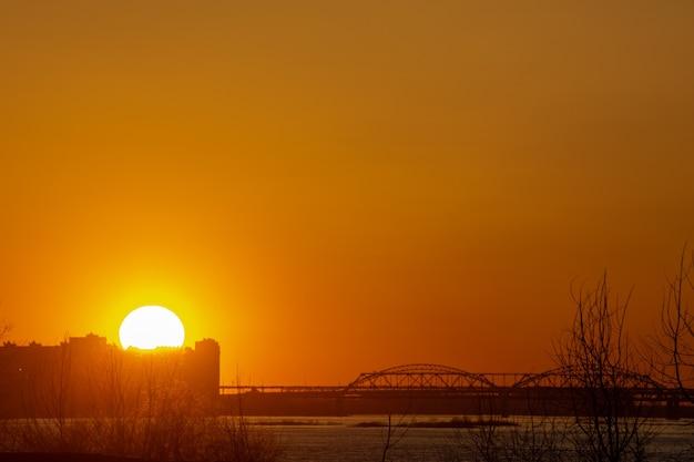 Красивый закат на волге. нижний новгород