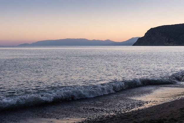 海に沈む美しい夕日、クリミア山脈の夕景、クリミア半島のスダク市にあるヴェゼル湾