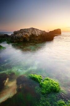 바다 해 안에 아름다운 일몰