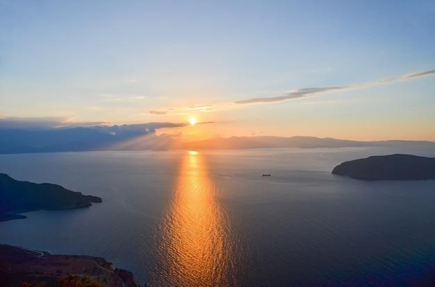 ギリシャ、クレタ島の美しい島の海岸にある美しい夕日。