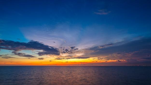 Красивый закат над тропическим морем в летнее время от объектива с наклоном и сдвигом в формате full hd