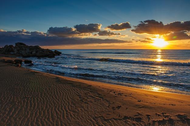 키프로스 섬에 지중해 바다 위에 모래 해변 위에 아름다운 일몰
