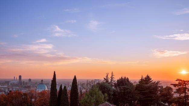 ブレシアの町に沈む美しい夕日。イタリア、ロンバルディア