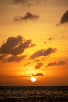 穏やかな海に沈む美しい夕日。夏休みのコンセプト。島パンガン島、タイ