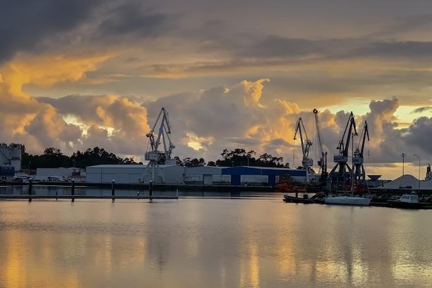 港の劇的な風景に沈む美しい夕日、vilagarcia de arousa、ガリシア、スペイン
