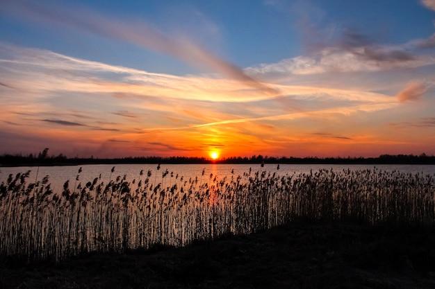 Красивый закат над озером
