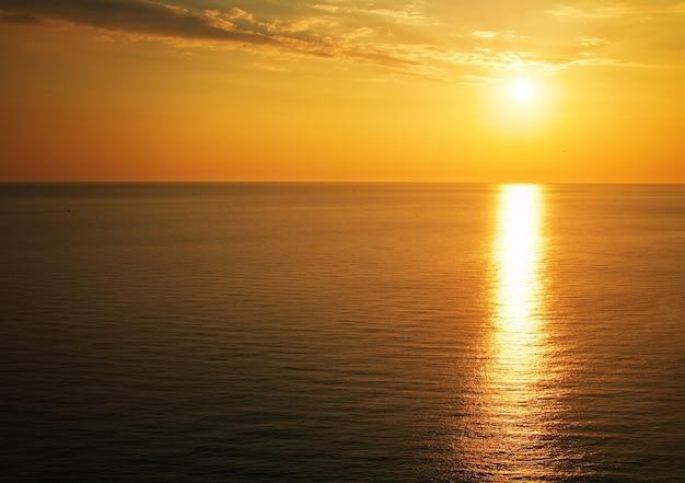 Красивый закат над океаном. восход солнца в море