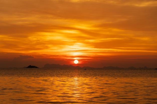 Красивый закат над морской водой на острове ко панган, таиланд