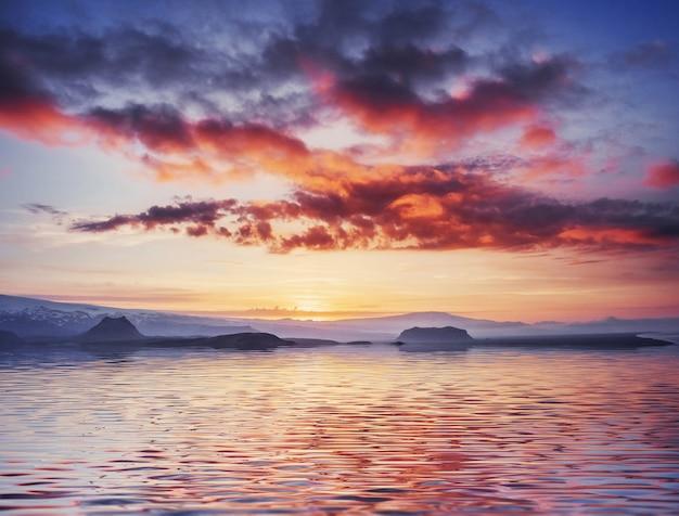 Красивый закат над морем